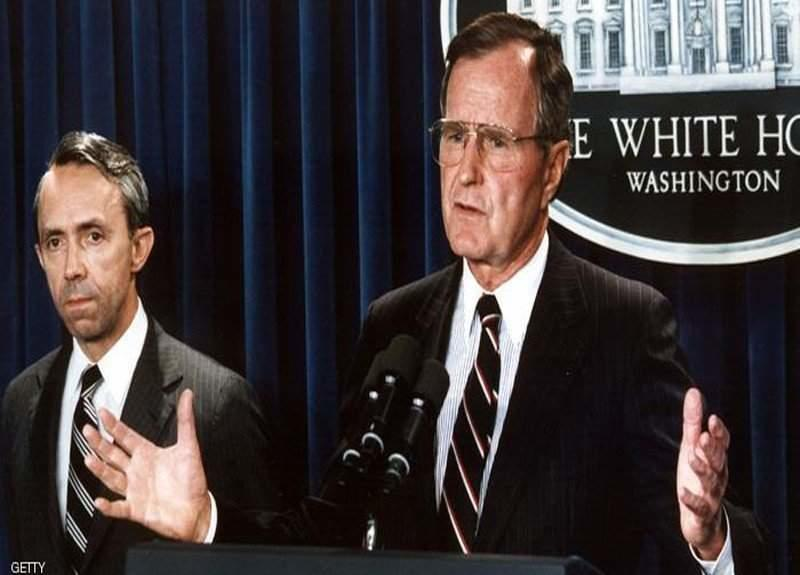 US President George Bush (R) announces 23 July 199